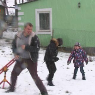 Андрей Житков играет со своими сыновьями во дворе